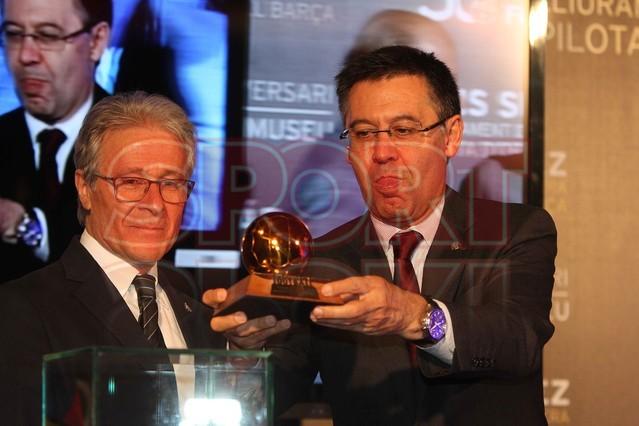 لويس سواريز الاسباني يُسلم كرته الذهبية لبرشلونة Luis-suarez-hace-entrega-balon-oro-museo-del-barcelona-1430337803109