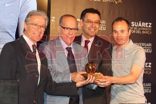 لويس سواريز الاسباني يُسلم كرته الذهبية لبرشلونة Luis-suarez-hace-entrega-balon-oro-museo-del-barcelona-1430337745829