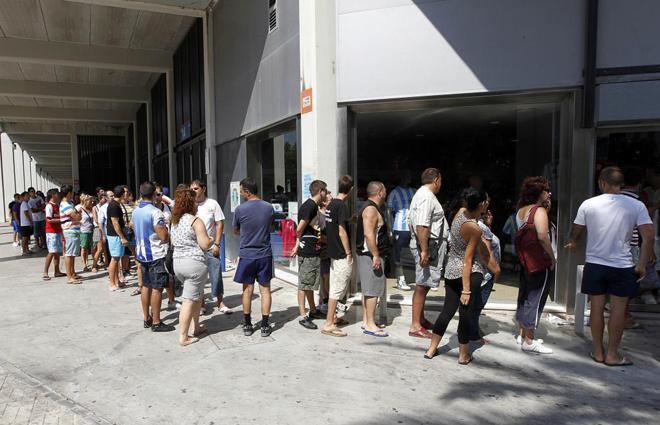 El Málaga pone esta tarde a la venta las camisetas oficiales de la temporada 1313873500_extras_albumes_0