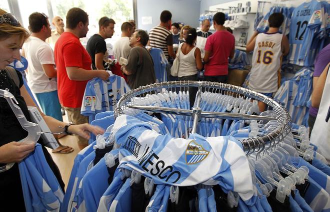 El Málaga pone esta tarde a la venta las camisetas oficiales de la temporada 1313874064_extras_albumes_0