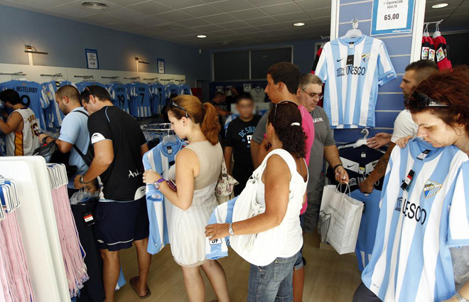 El Málaga pone esta tarde a la venta las camisetas oficiales de la temporada 1313874254_extras_albumes_0