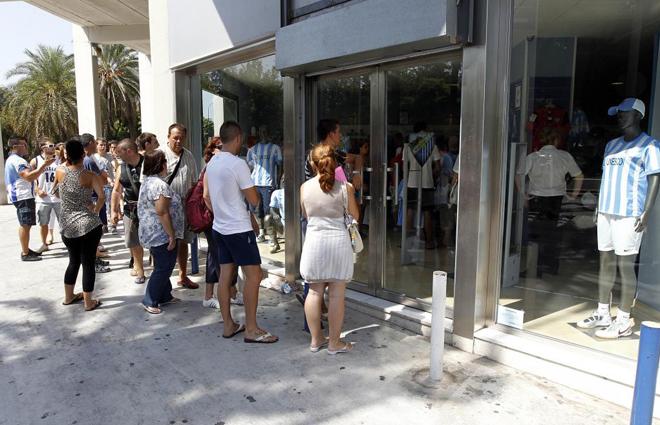 El Málaga pone esta tarde a la venta las camisetas oficiales de la temporada 1313874362_extras_albumes_0