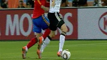 Ramos no comete penalti sobre Ozil 1278530515_extras_portada_0