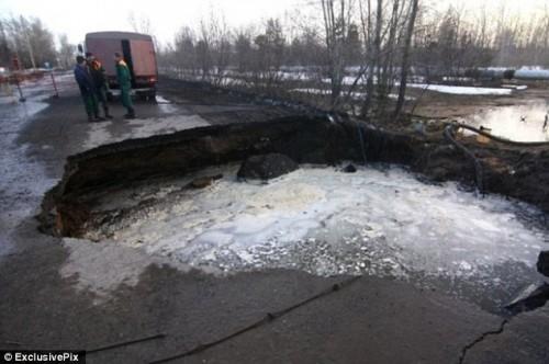 Russie : voitures, bus et camions avalés par des sinkholes géants Article-2306085-192EA811000005DC-34_634x422-500x332