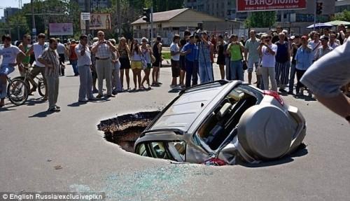 Russie : voitures, bus et camions avalés par des sinkholes géants Article-2306085-192EA82D000005DC-267_634x365-500x287
