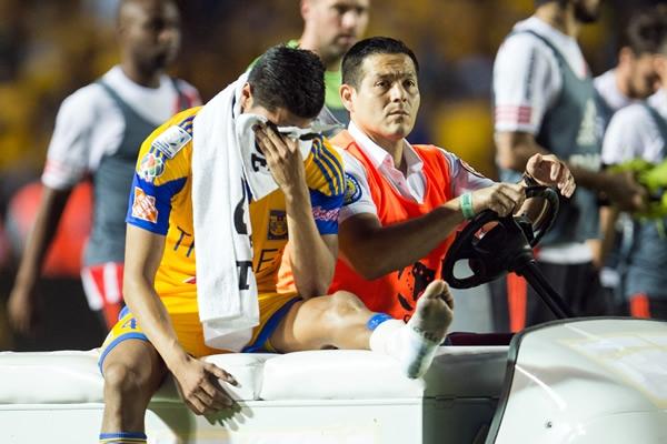 Ayala salió en muletas del Universitario Ayala-lesion