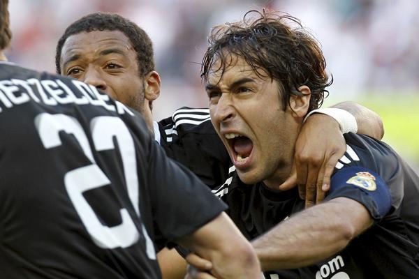 Fotos de Raúl - Página 21 Raul-gonzalez-festejando-un-gol-en-duelo-sevilla-real-madrid-temporada-2008-2009