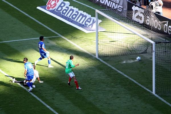 Rumbo a la Copa Mundo 2010: El Salvador 1 Mexico 4. Vista-privilegiada-del-gol-de-mexico-0