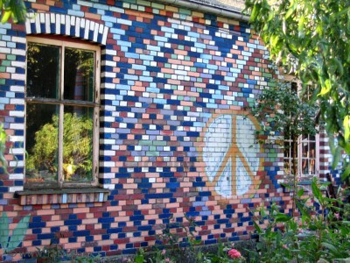 """De pronto, uno de los seres grita """"¡CRISTIANIA, CRISTIANIA 2602567-graffiti-on-bricks-wall-in-freetown-christiania-copenhagen-denmark"""