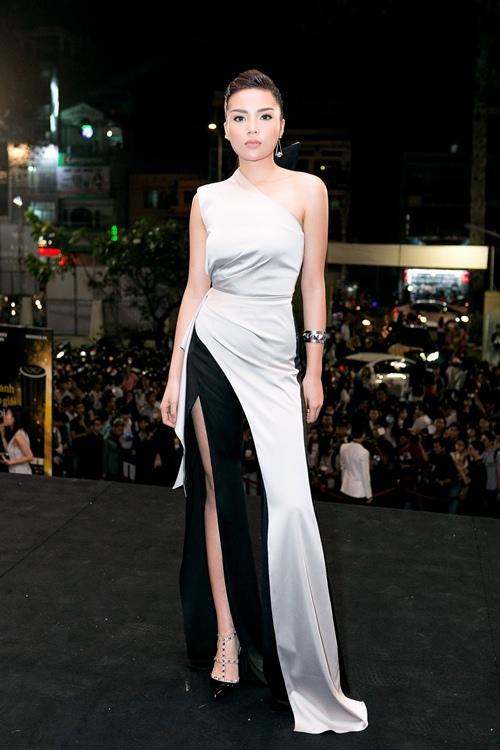 Hoa hậu Kỳ Duyên gợi cảm cuốn hút xuất hiện sau loạt ồn ào Hoa-hau-ky-duyen-goi-cam-cuon-hut-xuat-hien-sau-loat-on-ao-7-1484241051-width500height750