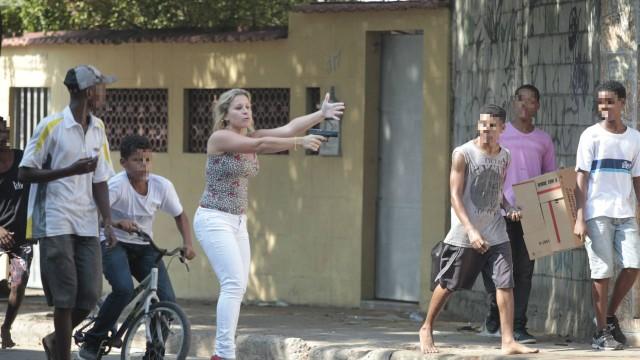 Favela da Oi: Mulher de salto alto saca arma para conter grupo. Policial-2_edit