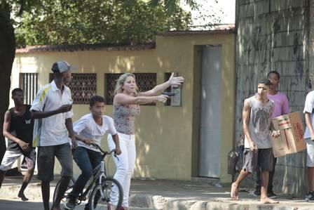 Favela da Oi: Mulher de salto alto saca arma para conter grupo. Policial-3_edit