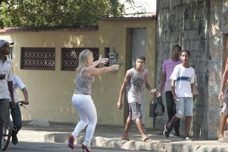 Favela da Oi: Mulher de salto alto saca arma para conter grupo. Policial_edit