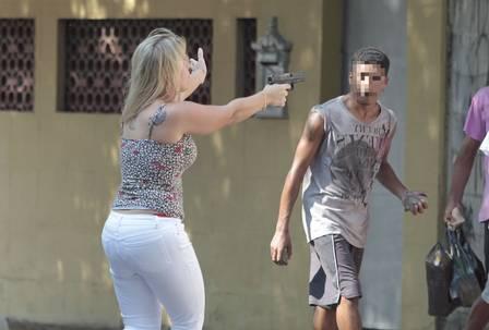 Favela da Oi: Mulher de salto alto saca arma para conter grupo. Policial-4_edit