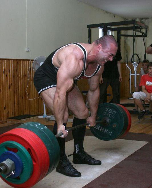 Die korrekte Ausführung der drei klassischen Grundübungen Konstantinov-deadlift-round-back