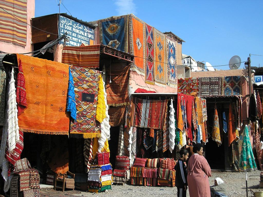 Maroko - Page 5 Colourful-carpets-in-marrakech-morocco