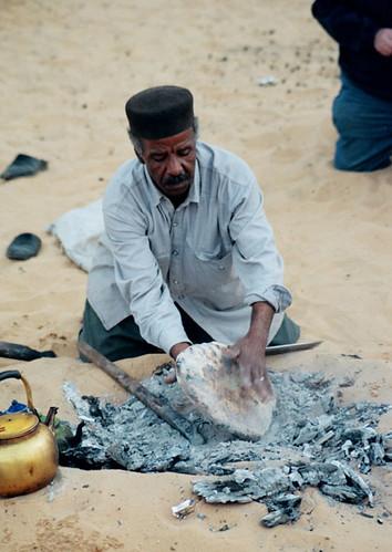 الاكلات الشعبية في وادي سوف خبزة الملة و السفة و المطابيق و الشخشوخة 1463195435_90d861b087