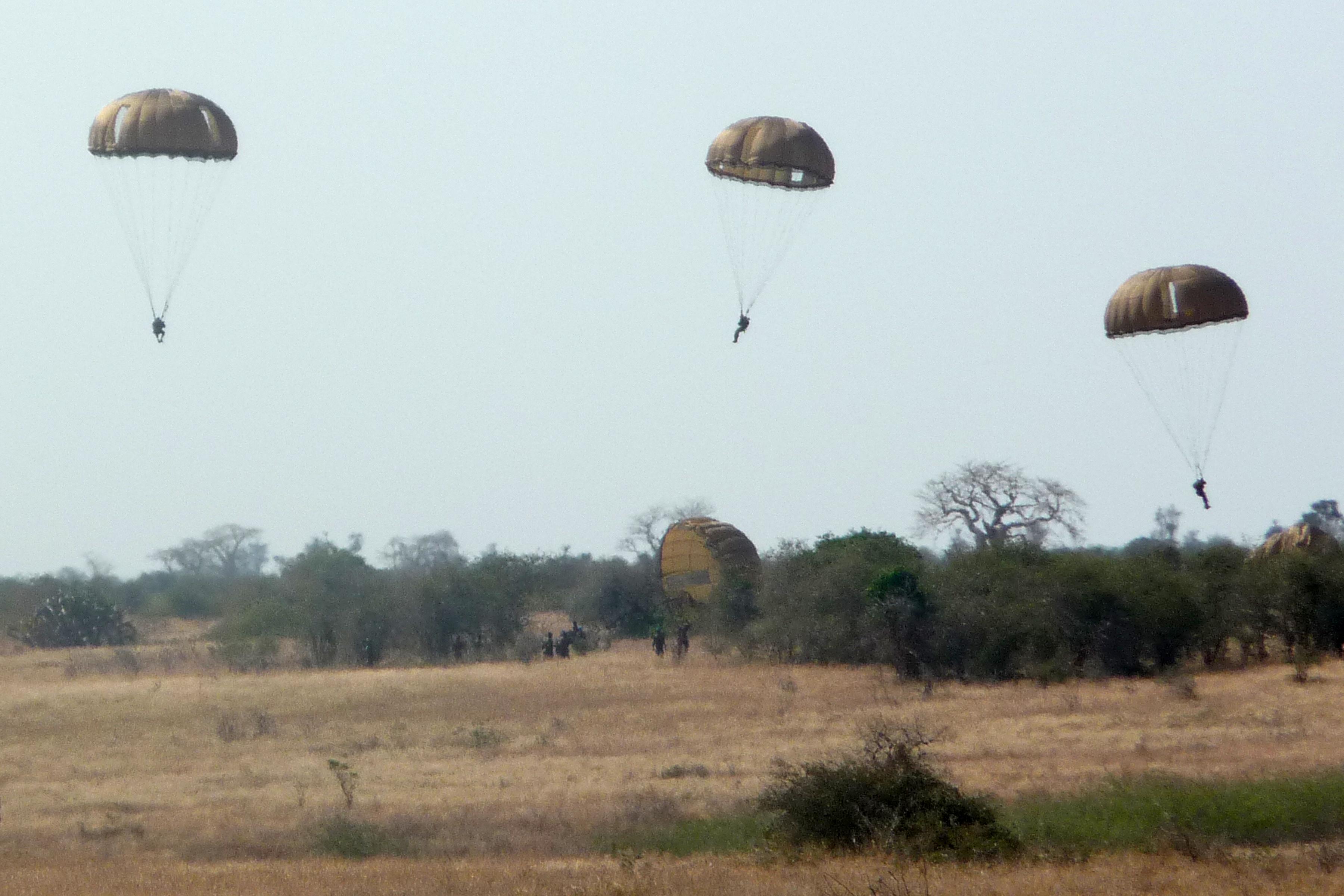 Armée Angolaise/Angolan Armed Forces - Page 2 4681794949_b415e5561e_o