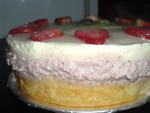 Bánh bông lan nhân phô mai dâu 1495556140_e7ab130218