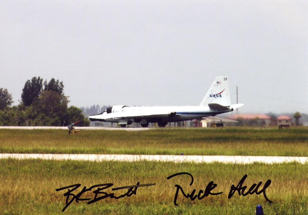 WB-57F WAVE / DECOLLAGE AVANT STS-114 / SIGNEE PAR L'EQUIPAGE HULL ET BARNETT