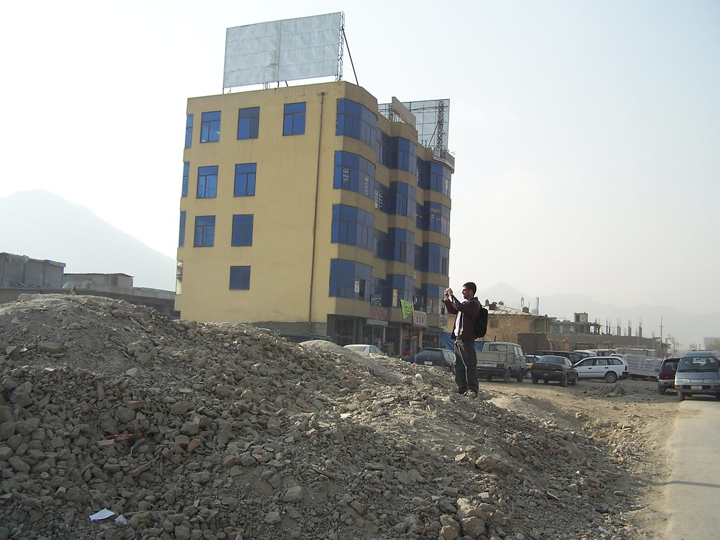 Afghanistan: un lionceau installé sur la terrasse d'un riche 1958412589_86cf45065d_b
