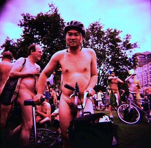 Manifestation nudiste à vélo contre la pollution 2587720615_175430da6f