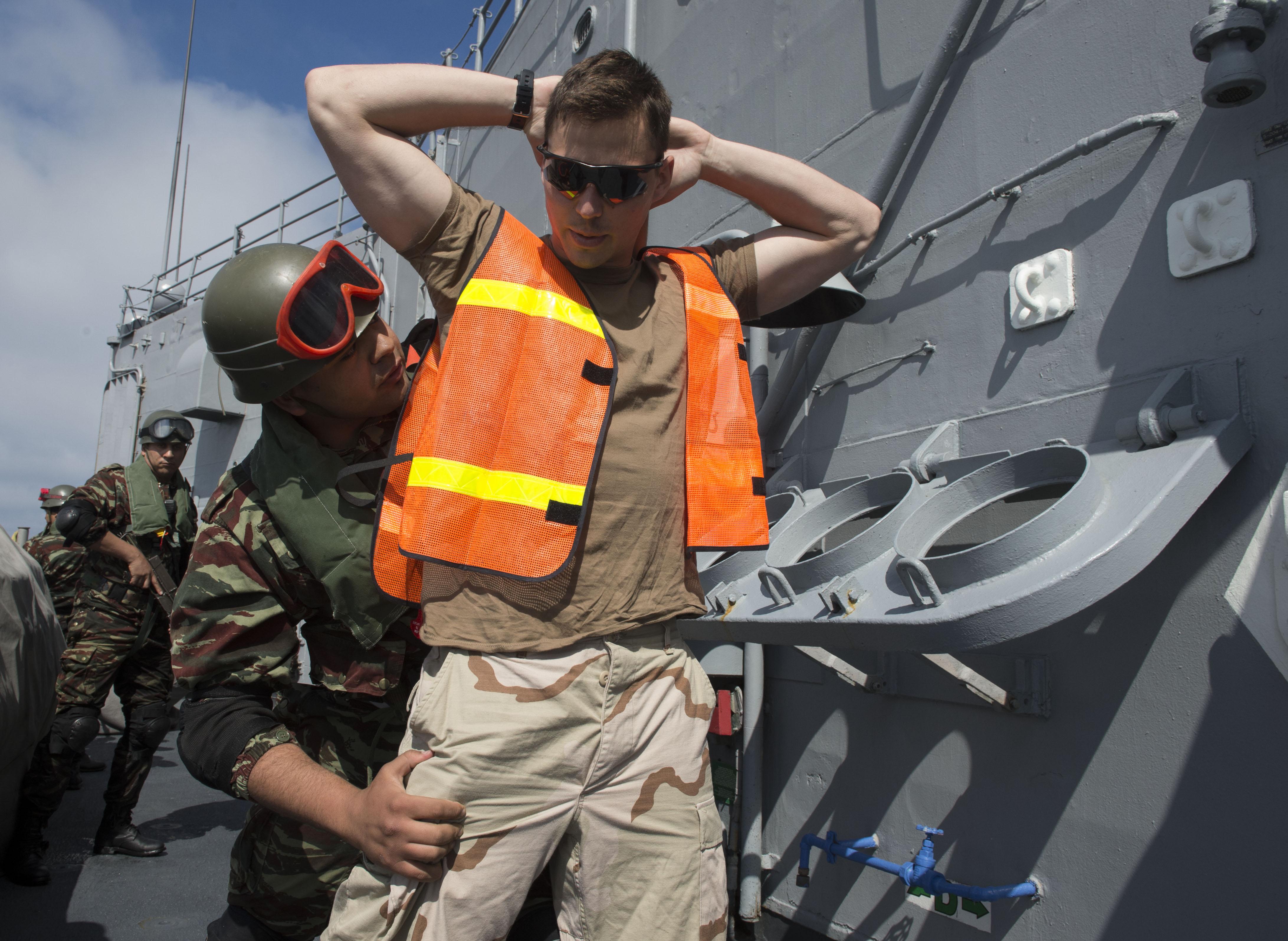PASSEX 2014-3 : USS Simpson ( FFG56 ) et RMN Hassan II ( 612 ) 12990425044_a2ebe4dd98_o