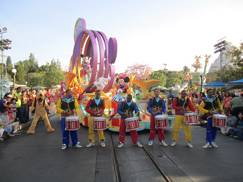 [Disneyland Park] Mickey's Soundsational Parade (2011) - Page 2 5655143952_f472136bcc