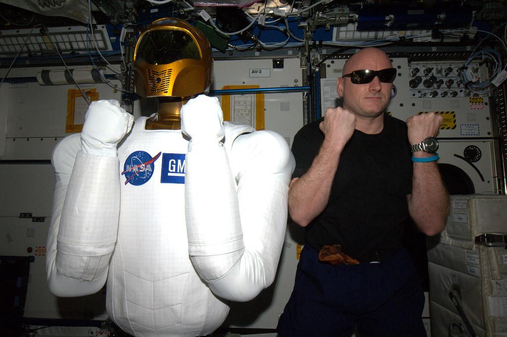 """Le """"Robonaute"""" de la NASA - Page 3 5533622177_a1dc916013_b"""