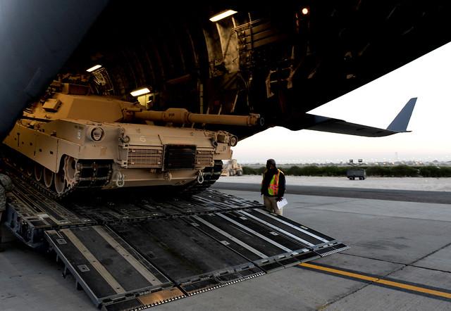 نقل دبابة ابرامز في طائرة C-17A 5248599225_a3b7a5aa9f_z