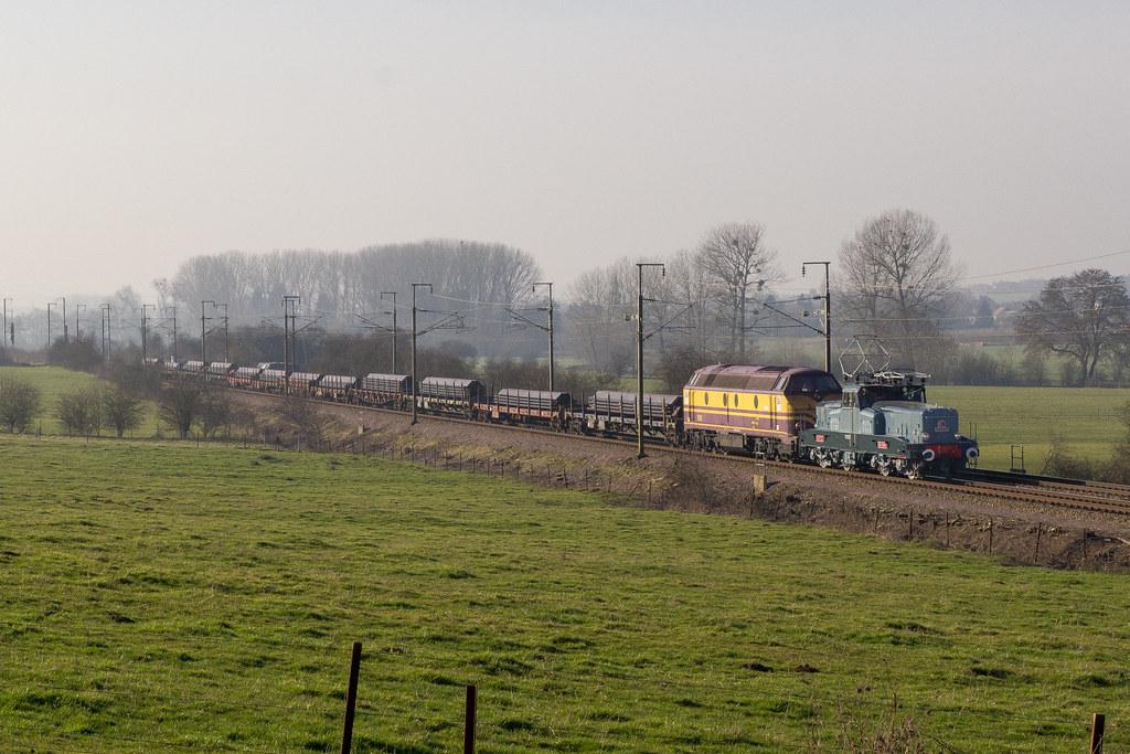 La 3608 en tête de trains de marchandises 12251883243_da8376bf24_b