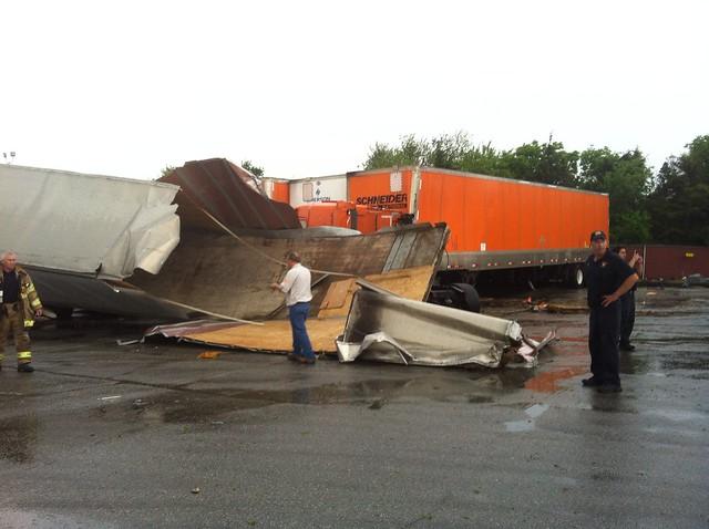 Wenn Tornados Lastwagen durch die Luft wirbeln ... 7043061929_0a08e82197_z
