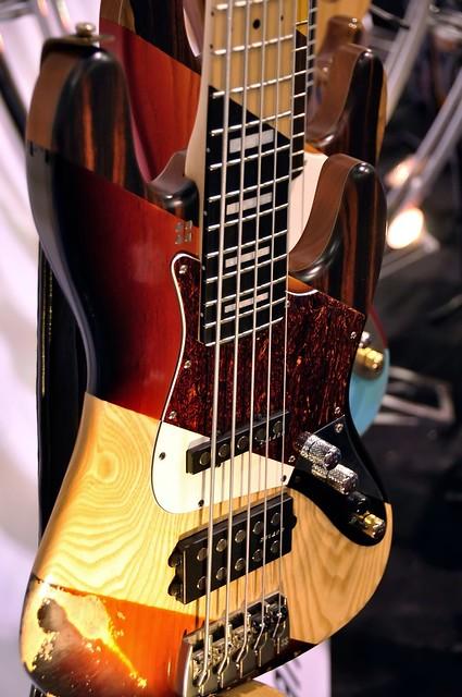 Diferença entre os pedaços de um corpo de um baixo SX na Rondo Music... 6796403537_96a65f24a4_z