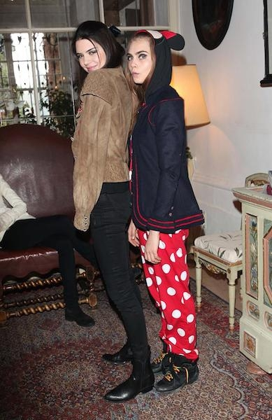 ¿Cuánto mide Cara Delevingne? - Altura - Real height Cara-delevingne-and-kendall-jenner-in-loves-advent-video