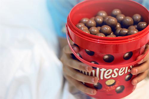 ¿A cuantos foreros conocéis en persona? - Página 3 Bucket-chocolate-circle-maltesers-red-small-Favim.com-46310