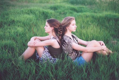 Volim te kao prijatelja, psst slika govori više od hiljadu reči - Page 9 Braids-friends-friendship-girls-grass-green-Favim.com-92991