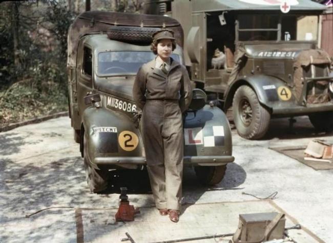 Редкие фотографии 5886610-R3L8T8D-650-queen-elizabeth-world-war-2-mechanic-1945
