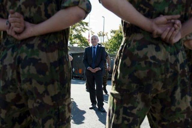 pour - Selon le chef de l'armée, la crise de la dette de l'UE constitue la menace principale pour la Suisse Topelement