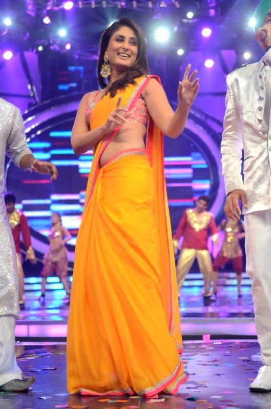 БЕБО - Карина Капур / Kareena Kapoor - Страница 10 Bollywood-actress-kareena-kapoor-at-indian-idol-6-35710