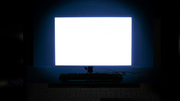 monitor com luz branca