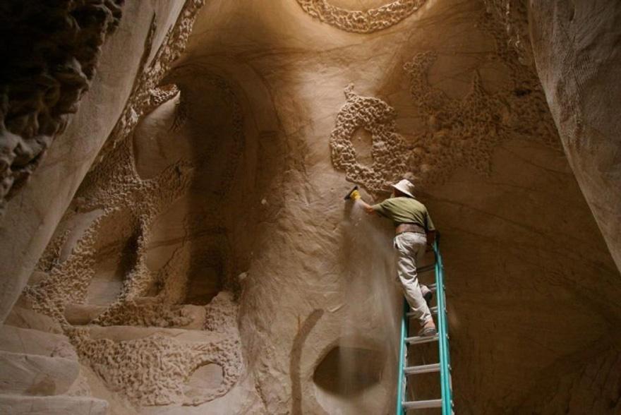25 лет в полном одиночестве он создавал подземный сказочный мир 3219160-880-1445927727carved-cave-11