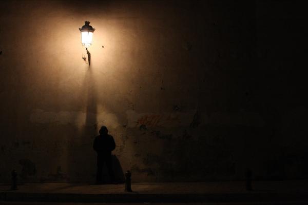 Fenjeri i lampe Man-stands-alone-jason-hochman