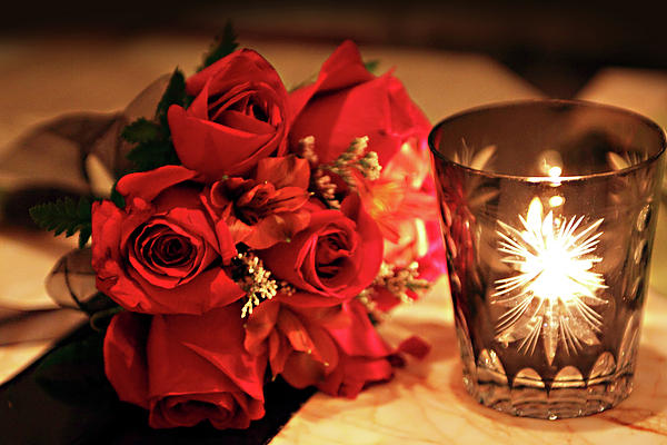 Crveno kao ljubav Romantic-red-roses-in-candle-light-linda-phelps