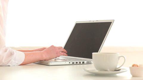 """Expresa tu momento """" in situ """" con una imagen 820318303-limpieza-e-mail-teclado-ordenador-taza-de-cafe"""