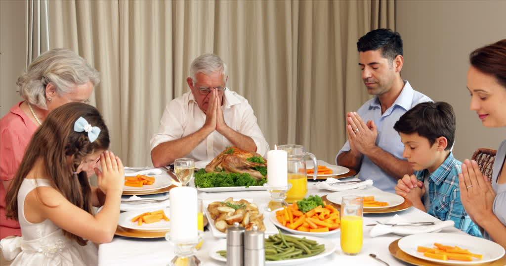 Savez-vous bien réciter le bénédicité ? 114798061-benedicite-sunday-roast-table-a-manger-diner