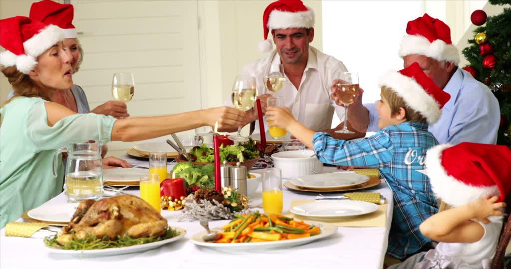 Pour Noël : Certains ont oublié de faire un cadeau à Jésus ! 195252886-sunday-roast-mesa-de-comedor-familia-de-varias-generaciones-nieto