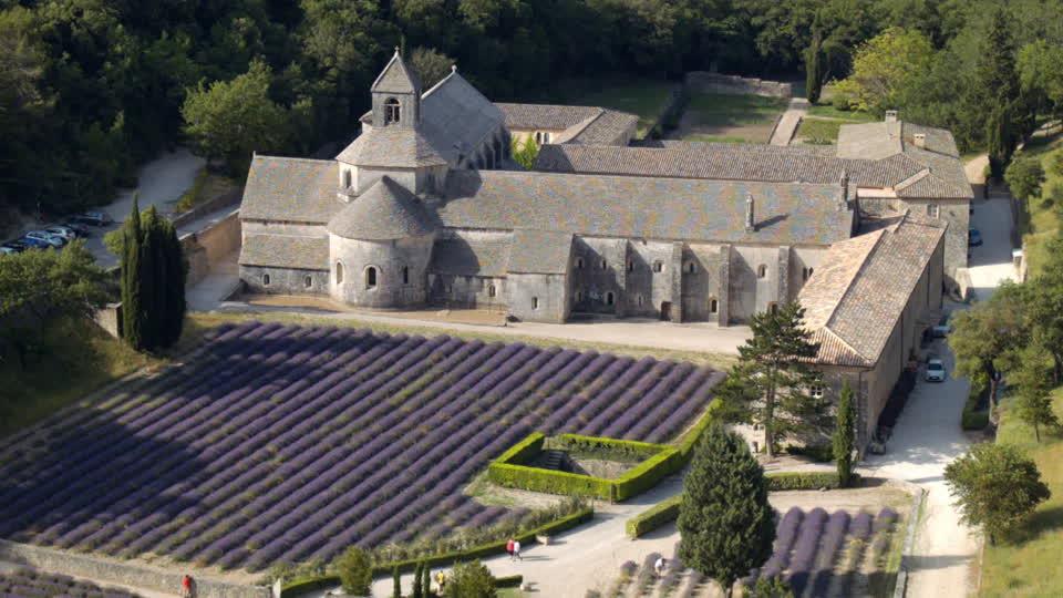 Des joyaux de l'architecture parisienne galvaudés - Page 2 444324687-abbaye-notre-dame-de-senanque-gordes-vaucluse-departement-lavender-field