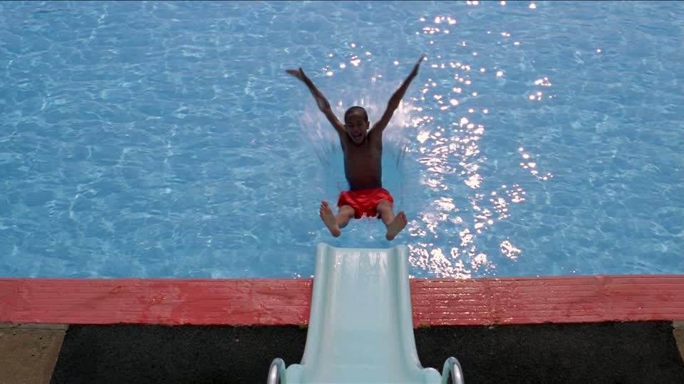 Au-delà de la douance... 481250323-bord-du-bassin-toboggan-glissade-piscine-en-plein-air-slip-de-bain