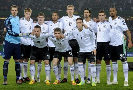 Euro 2012: Polonia-Ucrania - Página 7 Germany-12-13-adidas-home-kit-white-black-white-line-up