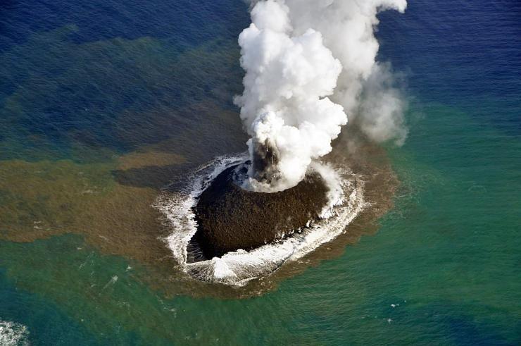 صور نادرة للحظة صعود جزيرة إلى سطح الماء Hwaml.com_1398935375_606